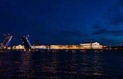 Brücke von St Petersburg nachts Sommer Lizenzfreies Stockfoto