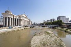 Brücke von Zivilisationen und von archäologischem Museum in Skopje lizenzfreies stockbild