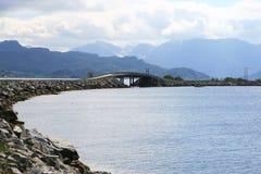 Brücke vor einer Gebirgslandschaft Lizenzfreie Stockbilder