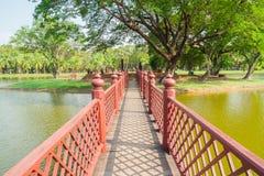 Brücke zu den Tempelruinen Lizenzfreies Stockbild