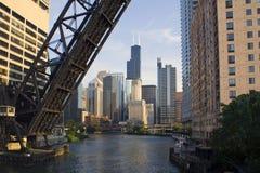 Brücke zu im Stadtzentrum gelegenem Chicago Lizenzfreies Stockbild