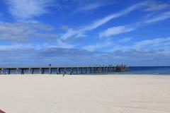 Brücke zum auf den Strand zu setzen Stockbilder