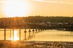 Brücke zum Dorf Stockbild