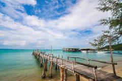 Brücke zum Meer und zum blauen Himmel Stockfotos