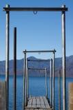 Brücke zum See Stockfoto