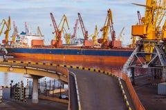 Brücke zum Seehafen, bulck Schiffshintergrund Lizenzfreie Stockbilder
