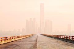 Brücke zum Stadtzentrum im Nebel Stockfotografie