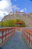 Brücke zum tibetanischen Kloster stockbild