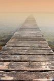 Brücke zur Ewigkeit - nebelhafter Morgen Stockfotografie