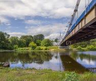 Brücke zur Insel Damanskii Yaroslavl, Russland lizenzfreies stockbild