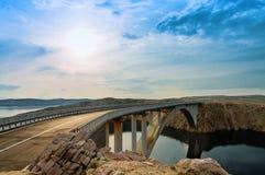 Brücke zur PAG-Insel mit Sonne und Wolken, Kroatien Stockfotos
