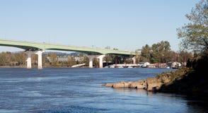 Brücken über beschäftigten Flussbänken Stockfotos