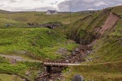 Brücken über Gletscherspalte in der ländlichen Landschaft, Melvaig, Nanowatt Schottland stockbilder