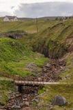 Brücken über Gletscherspalte in der ländlichen Landschaft, Melvaig, Nanowatt Schottland stockfotos