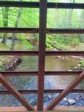Brücken-Ansicht des Stromes Lizenzfreie Stockbilder