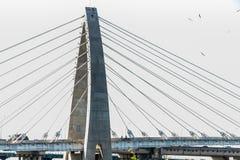 Brücken-Brücke über dem Seemodernen Brücke Zugang zu den Seesonniger Tagautos bereisen moderne Struktur der Seearchitektur lizenzfreies stockbild