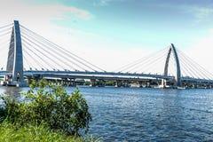 Brücken-Brücke über dem Seemodernen Brücke Zugang zu den Seesonniger Tagautos bereisen moderne Struktur der Seearchitektur stockfotos