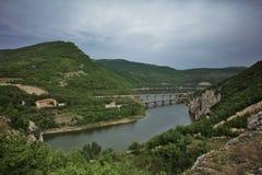 Brücken durch den See Tsonevos Stockbilder