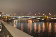 Brücken-größere Steinbrücke Bolshoy Kamenny nachts lizenzfreie stockfotografie