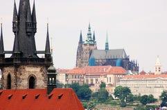 Brücken-Kontrollturm und Kathedrale Str.-Vitus in Prag Lizenzfreies Stockbild