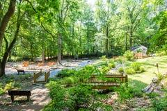 Brücken und Bänke im grünen Park Stockbild