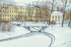 Brücken und ein pavillion im polnischen Garten im Winter in St Petersburg Lizenzfreies Stockbild