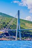 Brücken-Unterstützung durch das Meer Stockfoto