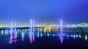 Brücken von Louisville KY an der Dämmerung stockbilder
