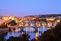 Brücken von Prag über die Moldau-Fluss, szenische Ansicht von Letna lizenzfreie stockfotos
