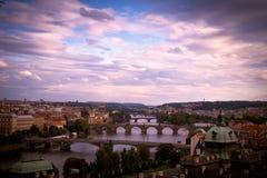 Brücken von Prag an der Dämmerung. Stockfotos