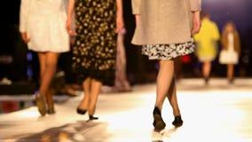 Brücken-vorbildliche High Fashion Week-Show-Couturen stock footage