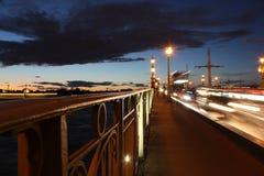 Brückengeländer auf der Nacht Lizenzfreies Stockfoto