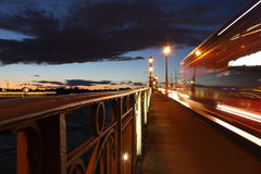 Brückengeländer auf der Nacht Lizenzfreie Stockfotos