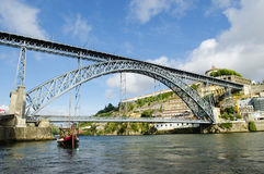 Brückenmarkstein Dom Luis in Porto Portugal Stockbild