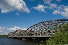 Brückenmetall, das in ¼ Hamburgs Freihafen Brà cke befestigt stockfotografie