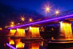 Brückennachtstadt reflektiert im Wasser Uzhorod Lizenzfreies Stockfoto