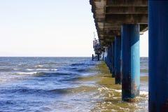 Brückenpfeiler im Meer Stockfotografie