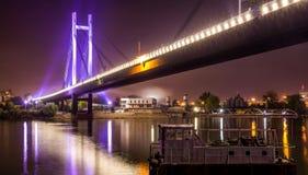 Brückenreflexion im Fluss Stockbilder
