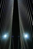Brückenseilzüge nachts Lizenzfreie Stockfotos