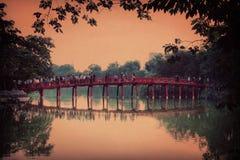 Brückensonnenuntergang Hanoi Vietnam Seekapital lizenzfreie stockbilder