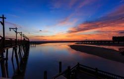 Brückensonnenuntergang und blauer Himmel Stockfoto