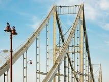 Brückenspannen mit Hintergrund des blauen Himmels Lizenzfreie Stockfotos