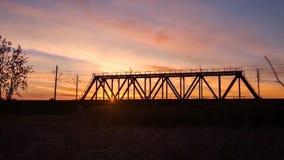 Brückenstraße Zugverkehrstransport Eisenbahnbrücke Timelapse auf Sonnenaufgang Lizenzfreies Stockbild