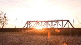 Brückenstraße Zugverkehrstransport Eisenbahnbrücke Timelapse auf Sonnenaufgang Stockbilder