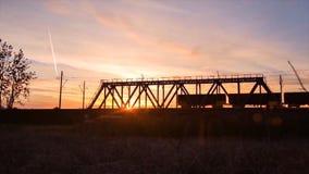 Brückenstraße Zugverkehrstransport Eisenbahnbrücke Timelapse auf Sonnenaufgang Lizenzfreie Stockfotos