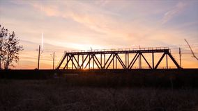 Brückenstraße Zugverkehrstransport Eisenbahnbrücke Timelapse auf Sonnenaufgang Stockfotografie