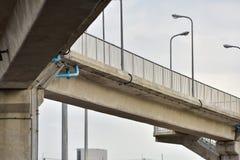 Brückenstruktur für die Kreuzung von bedeutenden Stadtstraßen lizenzfreies stockfoto