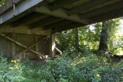 Brückenunterstützung und -strahlen stockbilder