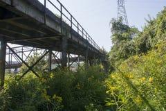 Brückenunterstützung und -strahlen stockfotografie