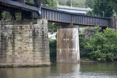 Brückenunterstützungen im Fluss lizenzfreies stockbild